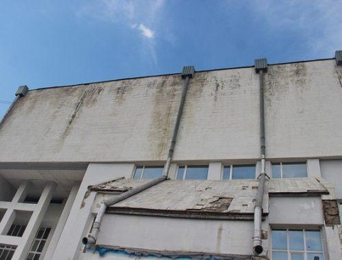 Фасад областной филармонии — зрелище не для слабонервных