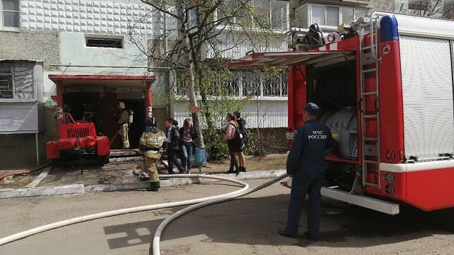 В Биробиджане загорелся подвал многоквартирного дома