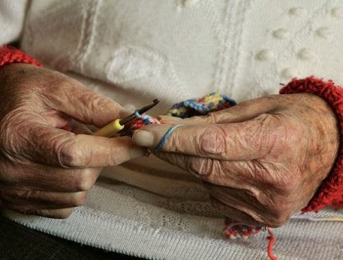 Под предлогом проверки счетчиков аферист обокрал пенсионерку в Биробиджане