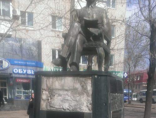 Лицевая часть памятника Шолом-Алейхему пострадала не от рук вандалов — мэрия