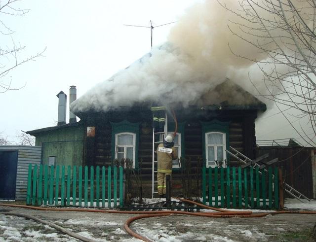 Пожилая женщина с ребенком успели спастись из горящего дома в ЕАО