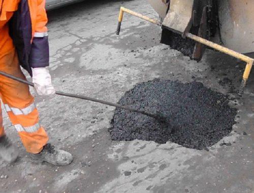 В Биробиджане начался ямочный ремонт дорог