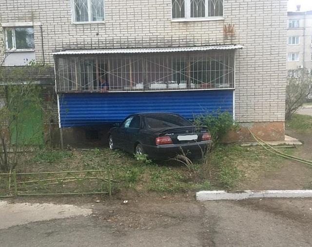 Автомобиль врезался в балкон многоэтажки в Биробиджане