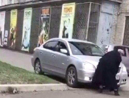 Водитель чуть не сбил пенсионерку на тротуаре в Биробиджане: скандал вышел на федеральный уровень