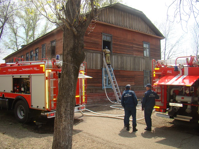 Жилой деревянный дом вспыхнул в Биробиджане