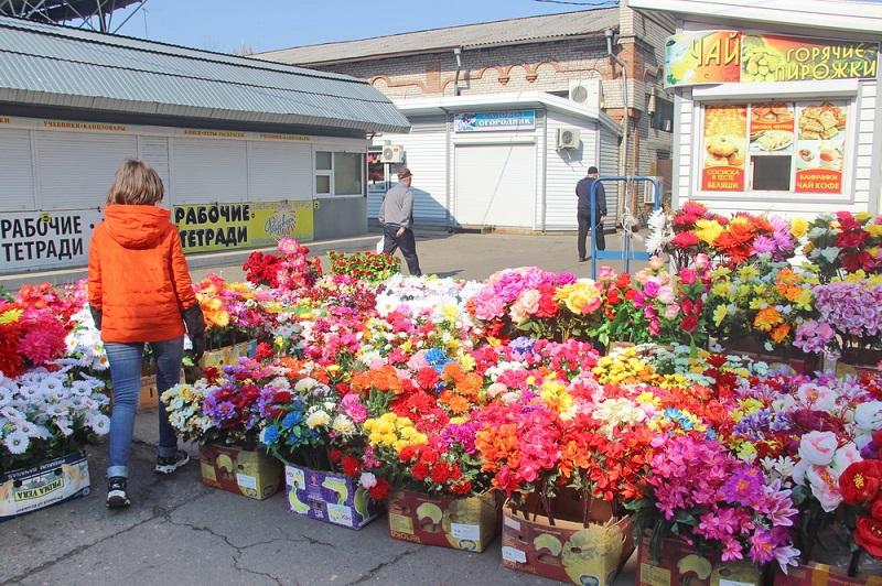 В Биробиджане оживилась торговля искусственными цветами