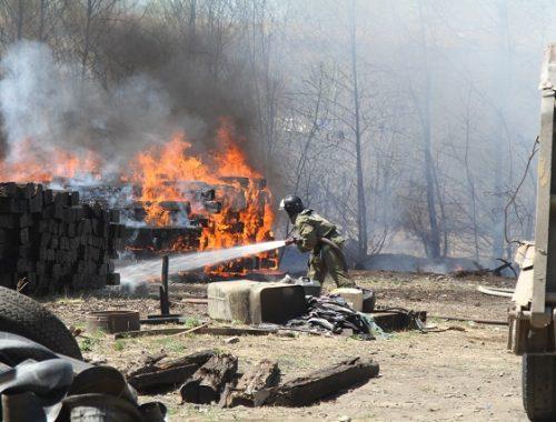 В Биробиджане загорелся гараж из шпал
