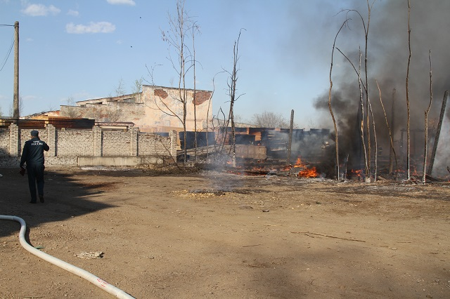 Сильный пожар на складе с пиломатериалами переполошил полгорода