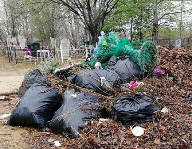 На вывоз мусора с городского кладбища не хватает сил и средств