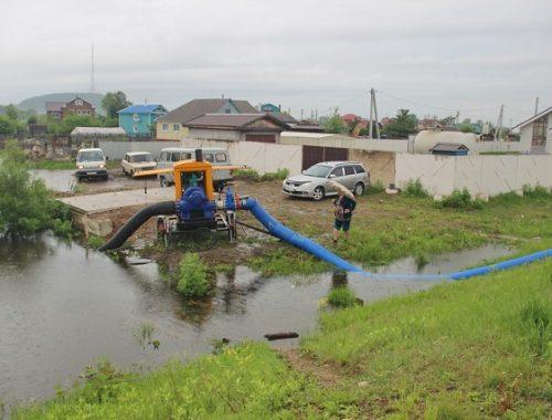 Мотопомпа не справляется с наступлением воды на окраину Биробиджана