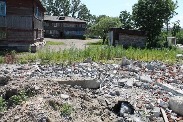 Небезопасная среда: здание снесли, а мусор оставили в Биробиджане