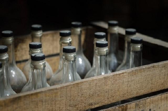 В России пенсионерки тайно запустили завод по изготовлению водки