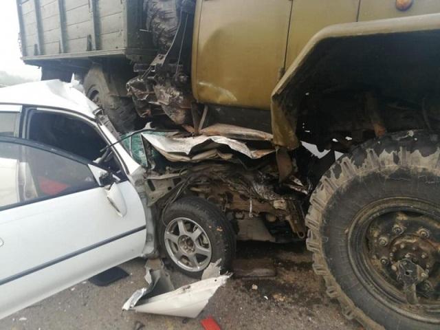 Иномарка впечаталась в грузовик на трассе в ЕАО