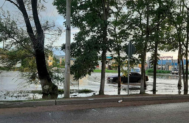 Огромную лужу на улице Пионерской обещают ликвидировать