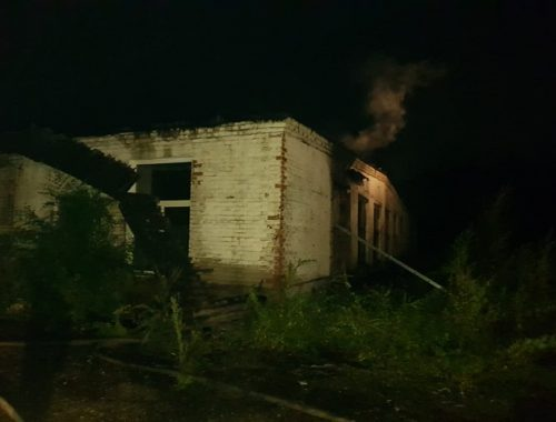 Пожарные вынесли мужчину из горящего цеха в Биробиджане
