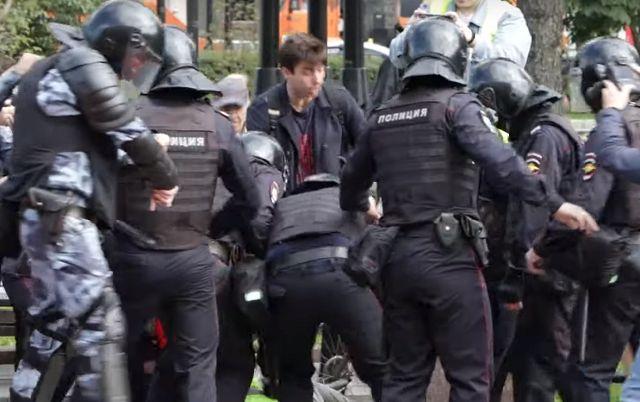 В Москве на несогласованной акции протеста задержали свыше 800 человек