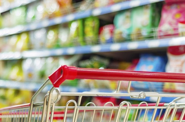 Россияне начали больше экономить на одежде и искать дешевую еду