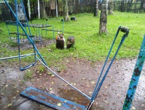 Упавшие качели придавили ребенку ногу в Биробиджане