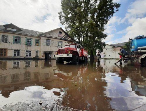 Вода заблокировала вход в многоквартирный дом по улице Пионерской