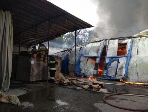 Страшный пожар в Биробиджане: горит склад цеха по производству упаковки (ВИДЕО)