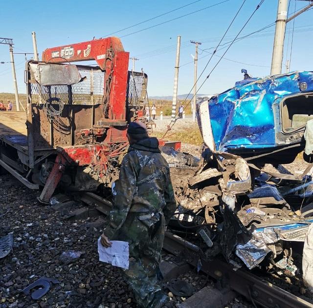 Грузовик столкнулся с поездом в ЕАО
