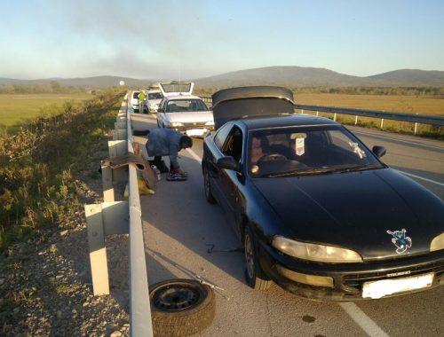 Пять машин пробили колеса, попав в ямы на трассе в ЕАО (ФОТО)