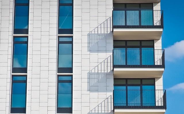 МЧС: новые правила не запрещают курить на балконах