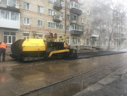 Снег и дождь не помеха: дорожников застали за укладкой асфальта в Биробиджане (ВИДЕО)