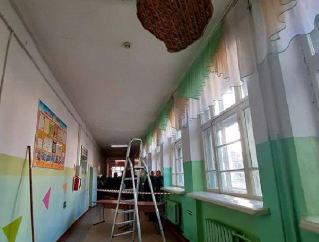 В школе № 10 Биробиджана рухнул участок штукатурки