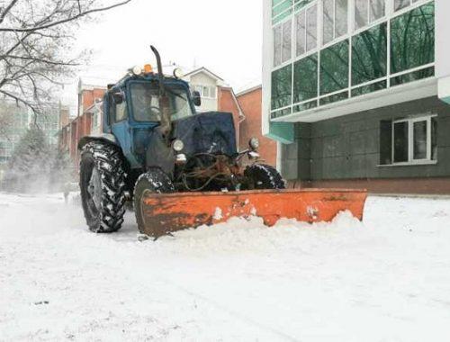 Пять тракторов вышли на борьбу со снегом в Биробиджане