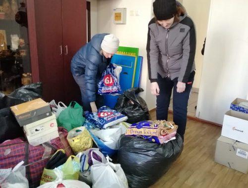 Многодетной семье, оставшейся без крова, передали вещи