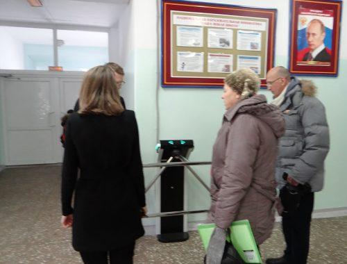 Общественники из «Сокола» проверили работу турникетов в биробиджанских школах