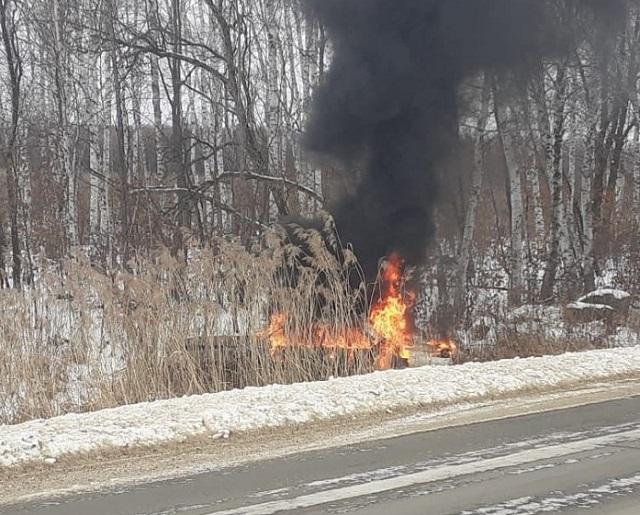 Лопнуло колесо: автомобиль улетел в кювет и загорелся в районе с. Красивое