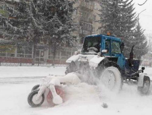 В Биробиджане продолжается уборка снега