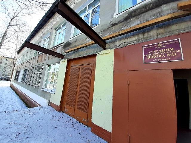 К ремонту козырька приступили в биробиджанской школе № 11