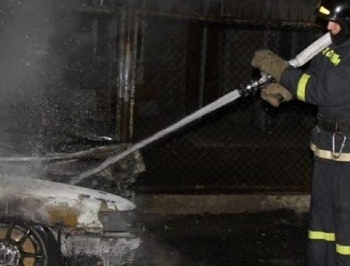 В Биробиджане расследуют ночной поджог автомобиля