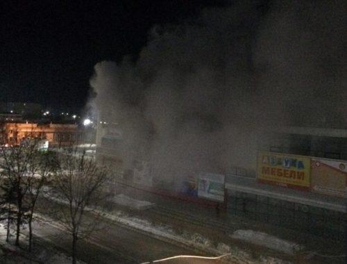 Всю ночь пожарные боролись с огнем в ТРЦ «Гигант»