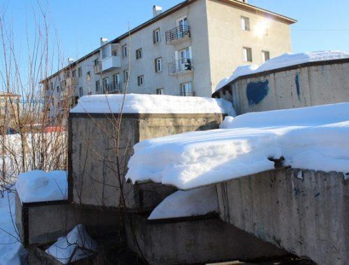 Уже 4 года жители многоэтажки в Биробиджане не могут добиться уборки строительного мусора