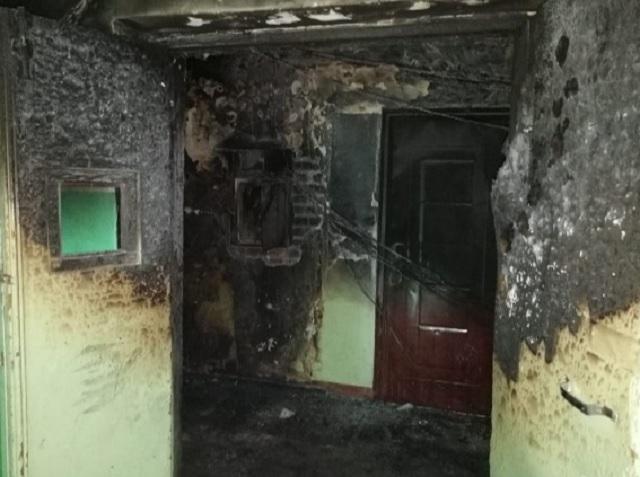 В ЕАО после пожара разрушается многоквартирный дом