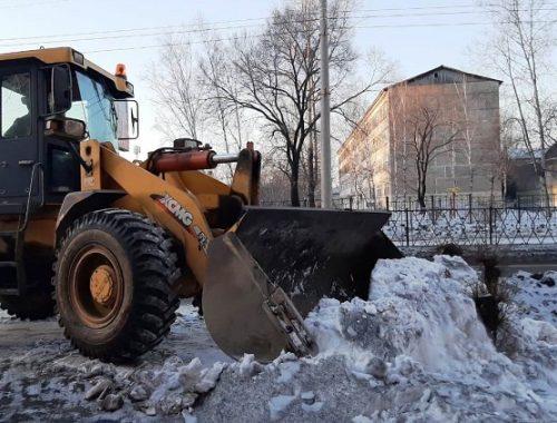 Аномальное потепление в Биробиджане: коммунальщики вышли на уборку снега и наледи