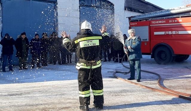 Заслуженного работника пожарной охраны ЕАО Владимира Школьного проводили на пенсию