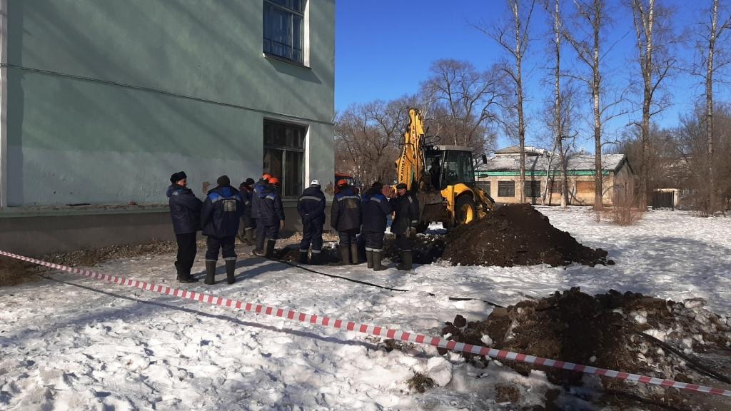 Свищ на трубопроводе обнаружили в районе школы № 10