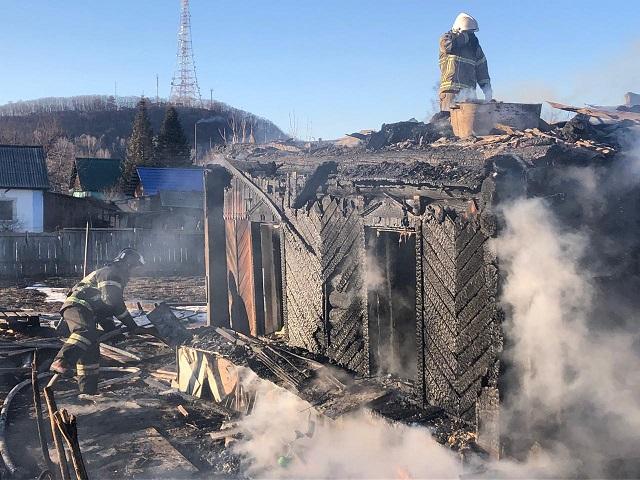 Беременная женщина с супругом спаслись из горящего дома в Биробиджане