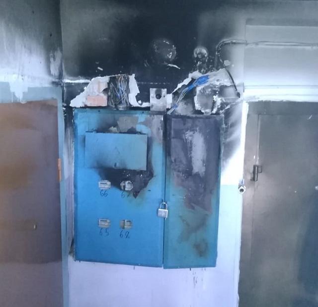 Пять человек эвакуировали из горящей многоэтажки в Биробиджане