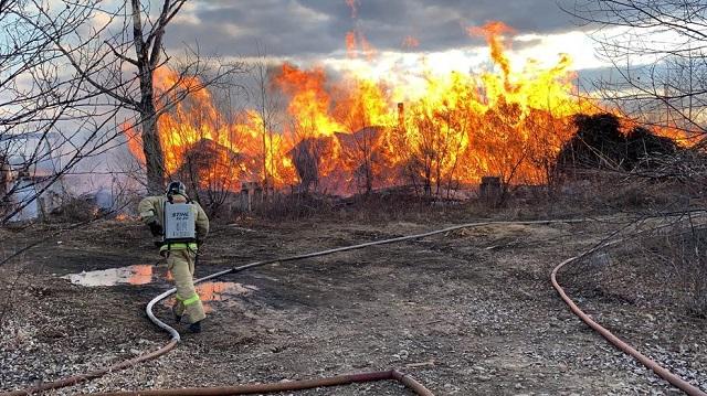 Склад древесных отходов вспыхнул в Биробиджане