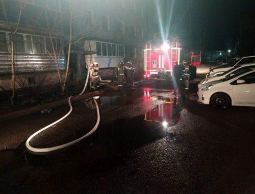 Квартира вспыхнула ночью в Биробиджане, шесть жильцов дома эвакуировали