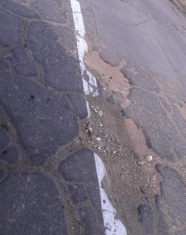 Свежая разметка на разбитой дороге возмутила жителей поселка Мясокомбинат