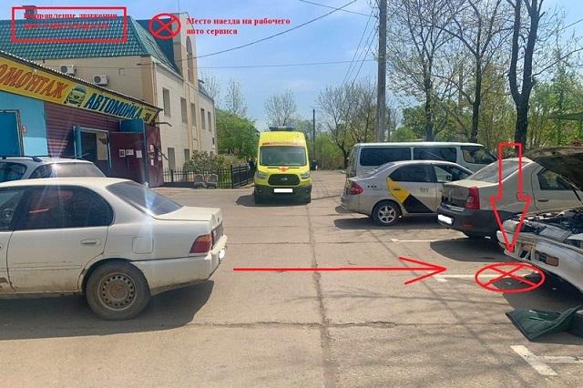 Водитель наехал на механика автосервиса в Биробиджане