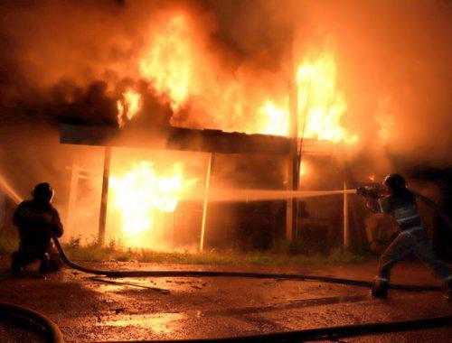 Шиномонтажка вспыхнула в Биробиджане, с огнем боролись три часа (ВИДЕО)