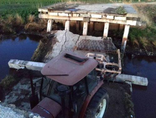 Мост обрушился во время движения трактора в ЕАО